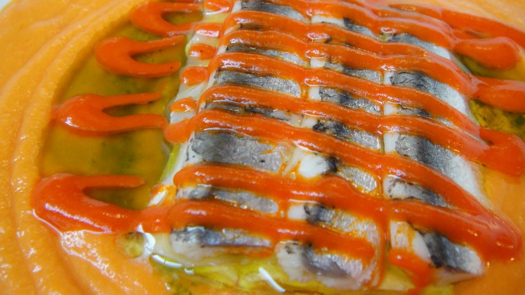 Lasaña fría de anchoas en sopa de tomate natural
