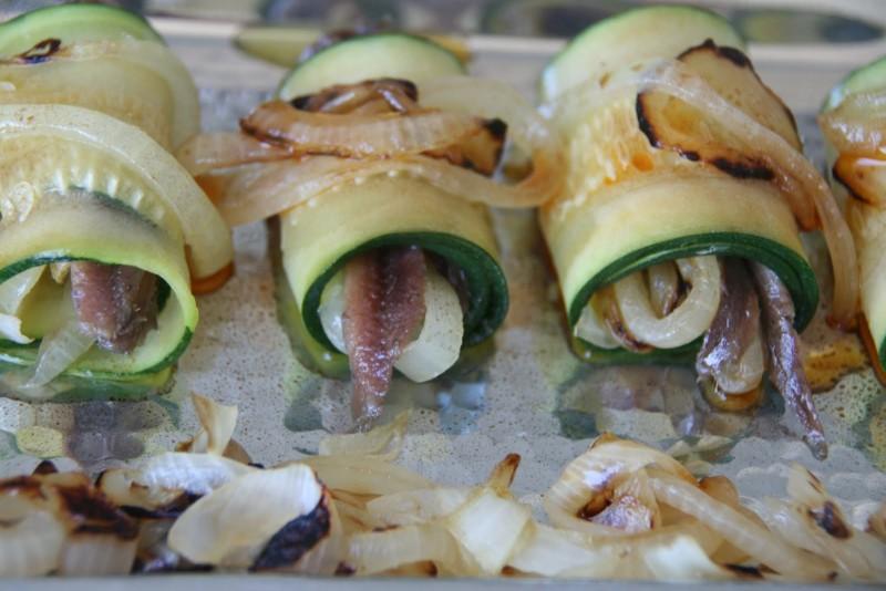 Rollitos de calabacín al vapor rellenos de anchoas y cebolla a la plancha